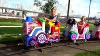 国外儿童时尚,戴安娜和罗马在农场玩耍,真有趣呀
