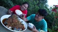 胖妹做剁椒鱼头,土灶蒸10分钟,又香又辣,俩口子吃得酣畅淋漓