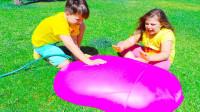 超好玩,萌娃小萝莉和小正太怎么玩气球?可是妈妈为何不让他们玩?