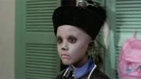 僵尸片小姑娘在家里藏了一具僵尸,还叫弟弟来看,把弟弟吓惨了