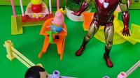 钢铁侠在守护游乐场,小男孩想骑车进去,被钢铁侠拦住了