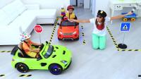 萌娃小可爱和哥哥比赛玩汽车,小家伙们可真是会玩呢!一萌娃:宝宝肯定能赢得比赛的!