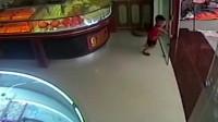 监控:萌娃刚把玻璃门给关上,整扇玻璃就莫名炸了