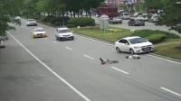 监控:自行车横穿马路,小车加速抢道,这代价你想过吗