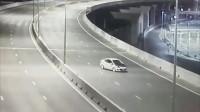监控:路中间停车拍照,这司机也是人才