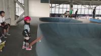 女娃看上去四五岁的样子,滑板玩的这么溜,全部需要技巧