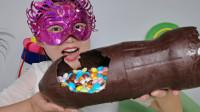 """小姐姐吃""""超大可乐瓶巧克力糖果"""",创意造型,薄脆香醇柔滑"""