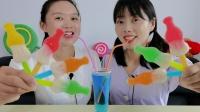 """妹子炫耀蓝色可乐,沙雕闺蜜不羡慕吃""""彩色可乐瓶软糖"""",超逗乐"""
