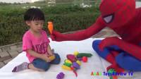 蜘蛛侠:蜘蛛侠和小朋友玩儿水果蔬菜分类的游戏