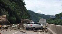 惊险!四川宜宾山体塌方砸中3车,3人受伤道路中断