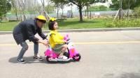国外儿童时尚,小萝莉骑电动车去上学,电车坏了怎么办?看爸爸的