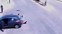 年轻妈妈的大意害惨了孩子,刚一下车,又惨遭二次碾压