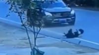 视频实拍,男子险些被无人驾驶电动车撞倒,走上前明白了一切