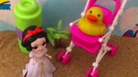 鸭妈妈不要小鸭子了,白雪帮助小鸭子找妈妈,白雪真善良!