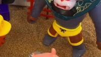 大怪兽想要抓小孩,佩奇开车在大怪兽面前救小孩,佩奇太勇敢了!