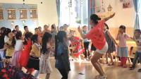 课前教孩子们律动操,老师跳舞的样子可真美!