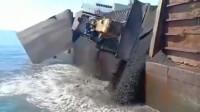 运煤的大船上的挡板打开后推土机都掉进大海里,这个是谁的责任?