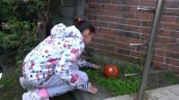 国外儿童时尚,小女孩户外踢球,累了想吃大西瓜