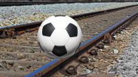 将足球放在火车轨道上会发生什么?老外作死测试  ,结果太硬核了!