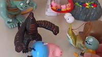 猪爸爸给佩奇乔治买玩具,怪兽怎么也来了?好僵尸要来教训怪兽!