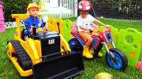 萌娃小可爱们的玩具车可真酷呀!两个小家伙真是太逗了!—萌娃:这推土机好厉害!
