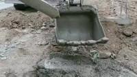 挖掘机变铲车,有种骨折的感觉,哈哈!