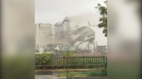 现场视频:福建漳州龙海一厂房被吹倒,铁皮被吹飞近50米