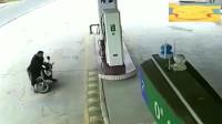 灵异事件?男子骑车经过加油站,摩托车似被附身后撞向加油机