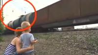灵异事件?国外母子路边看火车,火车车顶出现了一缕黑烟