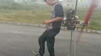 农村小伙是个人才,自创的滑行机器,看起来还真不错!
