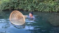小莫把这神器往河里一扔,第二天潜下水底一看大丰收,高兴坏了
