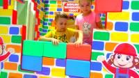 美国儿童时尚,双胞胎萌娃在儿童游乐园玩积木搭房子,真厉害