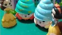 贝儿有小螃蟹玩具,白雪也有一样的玩具,你们喜欢吗?