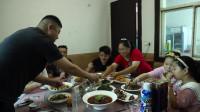 胖妹俩口子去聚餐,10个人围一桌,朋友热情招待,老公脸都喝红了