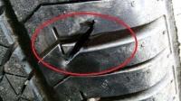 汽车轮胎上经常卡石子,到底要不要抠掉呢?老司机说出正确做法!