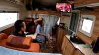 自驾内蒙古,窗外雨下不停,小夫妻只能躲房车里看电视打发时间