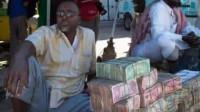 越南成捆的人民币当街摆放,它们到底有何作用?越南人果然厉害!
