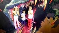 萌娃小可爱看见了真正的大恐龙,好有趣呀!太刺激啦!