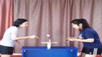 新玩法! 女孩在巴掌大的木板上打乒乓球 网友评论: 真不愧是中国乒乓