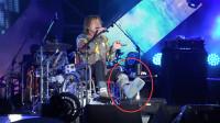 歌手有多敬业?伍佰坐轮椅唱完演唱会,张艺兴下台直接疼晕