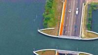 """世界上独一无二的桥, 远看中间就像""""断裂""""了,车辆到此却从不减速"""