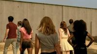 一群人在高墙中醒来,本想翻墙,有人往墙上丢了个东西大家却怕了