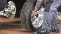 汽车轮胎要多久换一次?修车工:超过这里程数还不换,容易爆胎!