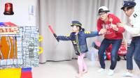 美国儿童时尚,小女孩与哥哥,玩警察扮演游戏
