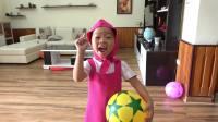 美国儿童时尚,小萝莉玩玩具球很调皮,搞得哪里都是球