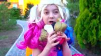 国外儿童时尚,小萝莉找到了超大的玩具奇趣蛋,大家好开心