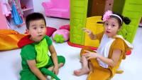 国外儿童时尚,小萝莉帮助小姑娘赶走恐龙!真厉害啊