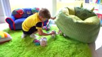 熊孩子偷偷藏玩具,妹妹:要学会分享哟!