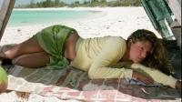 两男一女流落荒岛,女孩为了活下去,不得不放下羞耻心