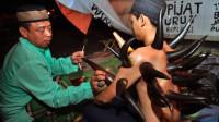 印尼街头神奇的拔罐,背上吸满了牛角,画面太美忍不住笑喷!